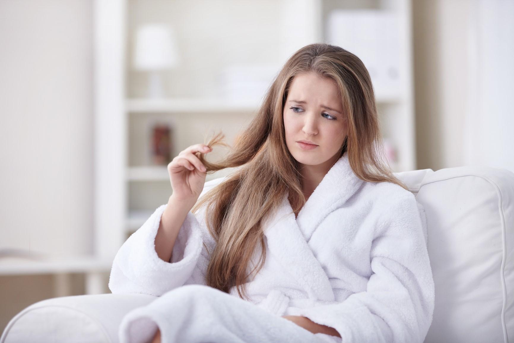 Ломкость волос: почему это происходит и как восстановить своими силами