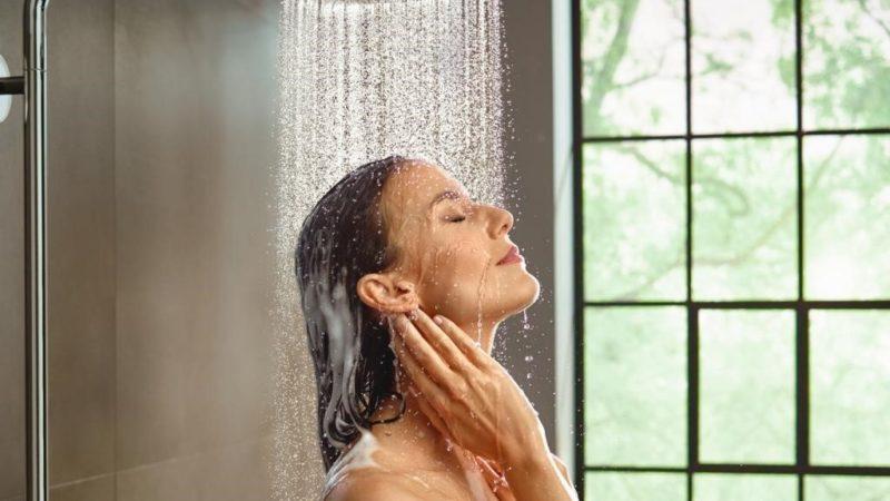 Можно ли мыть голову под холодной водой: чем это грозит
