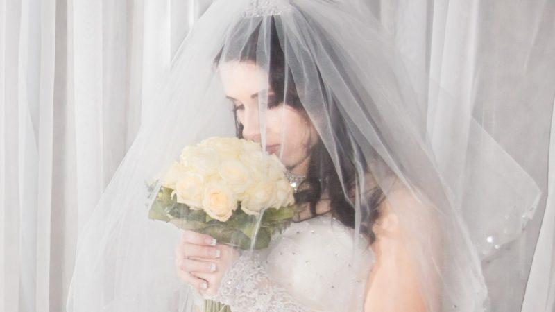 Почему невеста закрывает лицо фатой