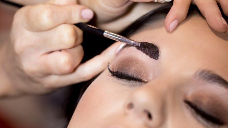 Нужно ли красить брови: как это сделать правильно