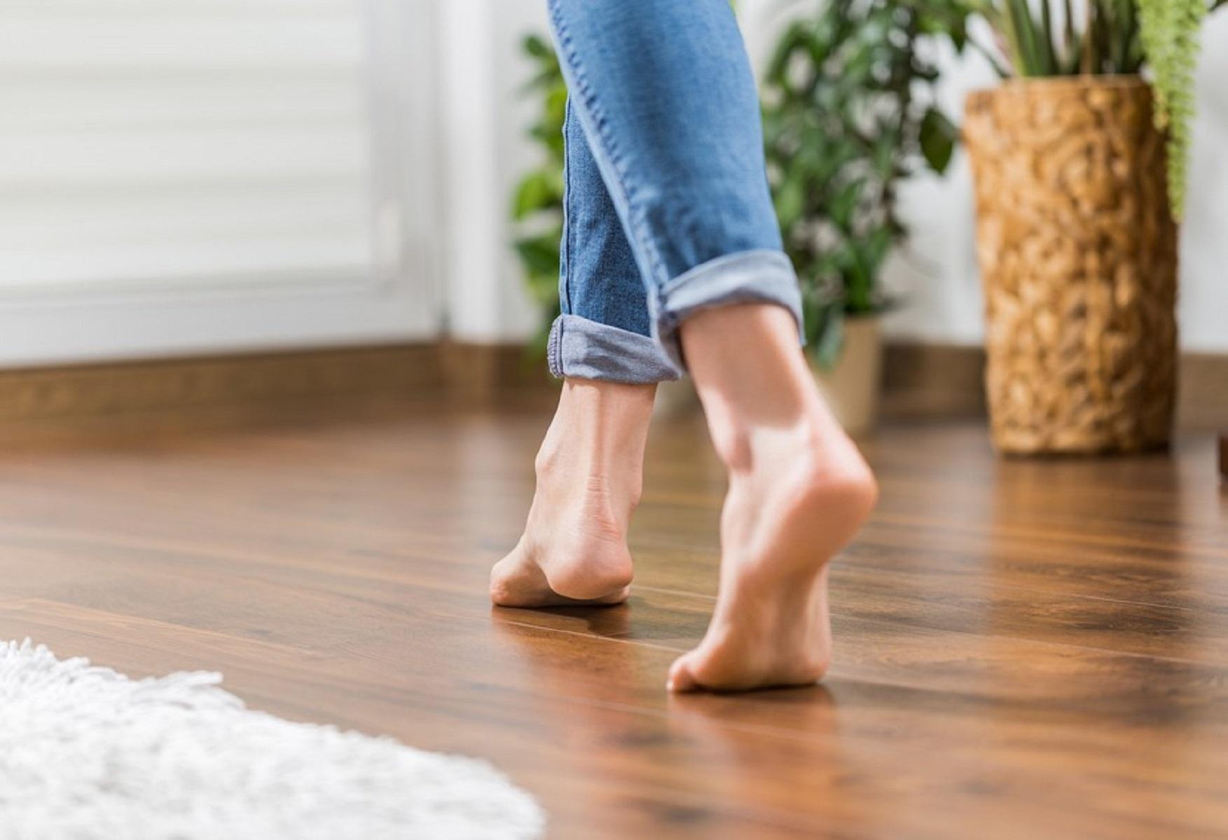 Почему важно носить тапочки и не ходить по дому в носках или босиком