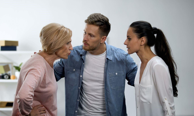 Почему свекровь плохо относится к невестке: 7 возможных причин