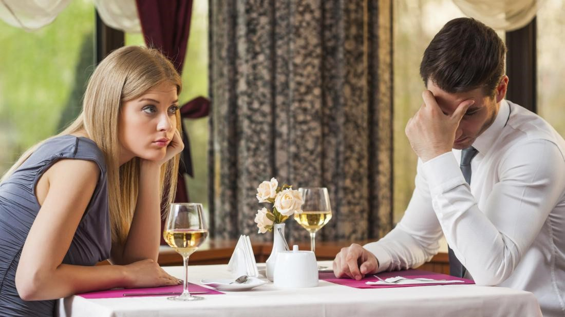 Мужчина молчит на первом свидании: почему?