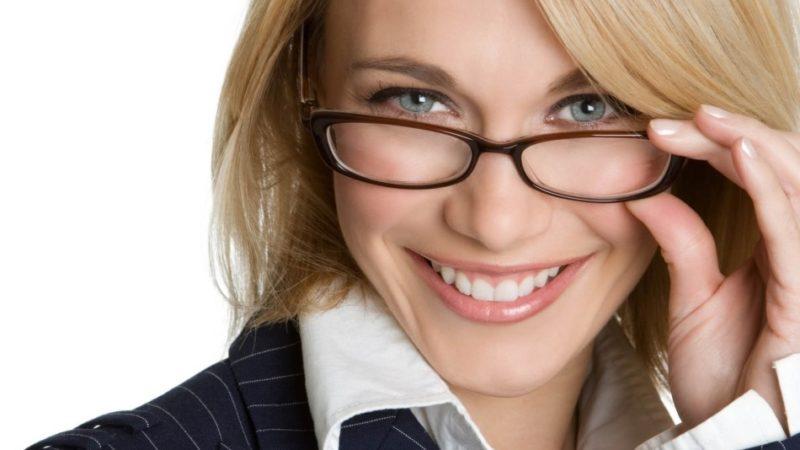 Секреты макияжа для тех, кто носит очки