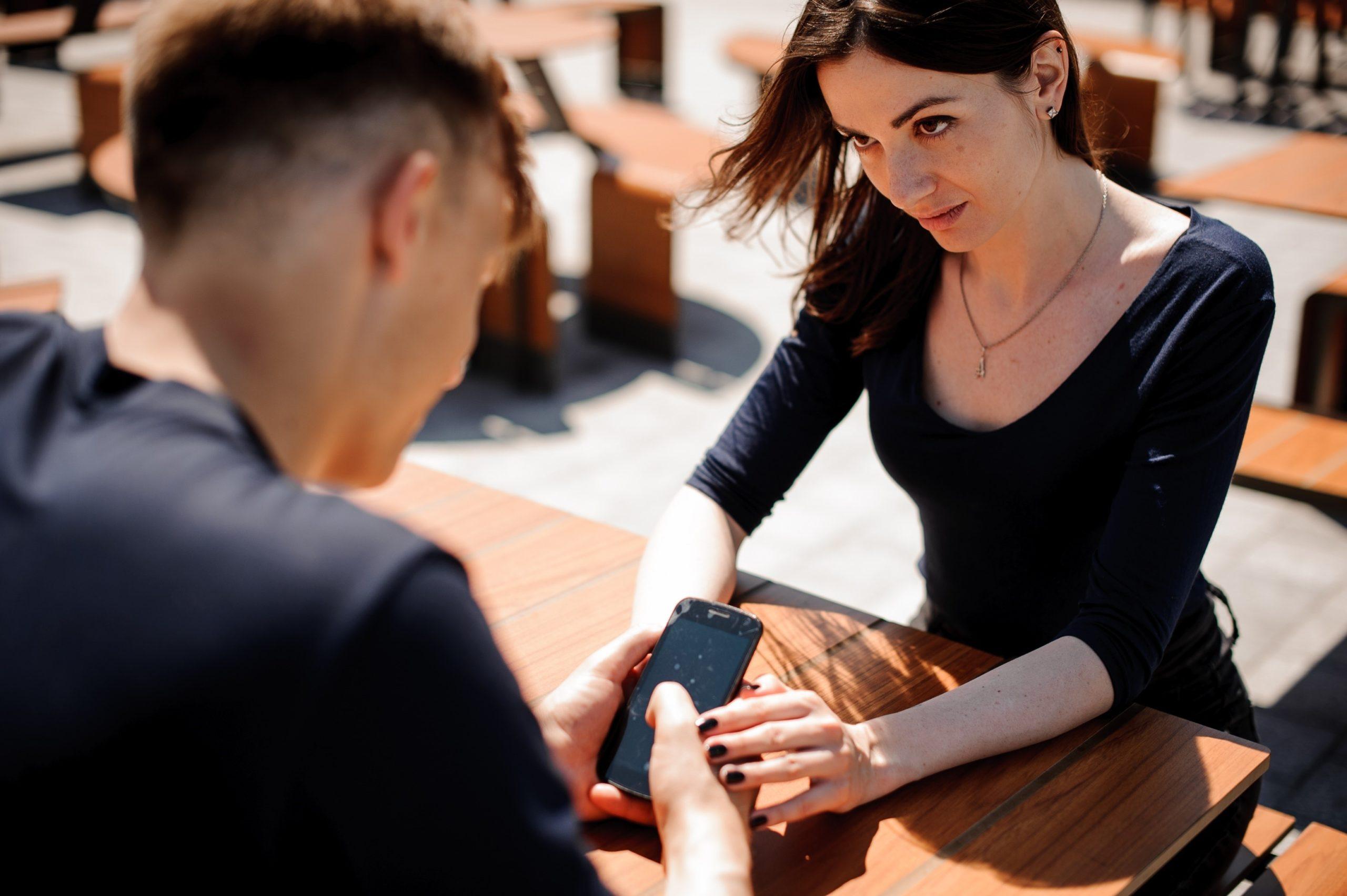Переписки мужа: стоит ли отслеживать и как на них реагировать